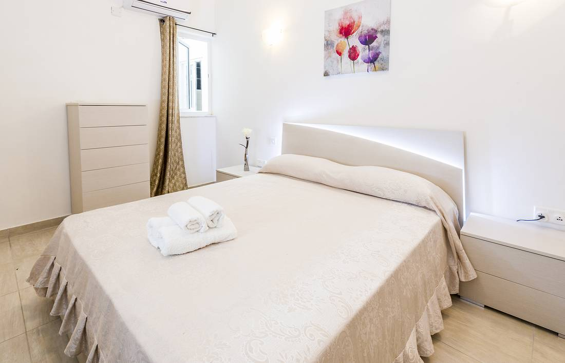 holidays-in-malta-guest-house-apartment-gzira-luxury-room-bed_1