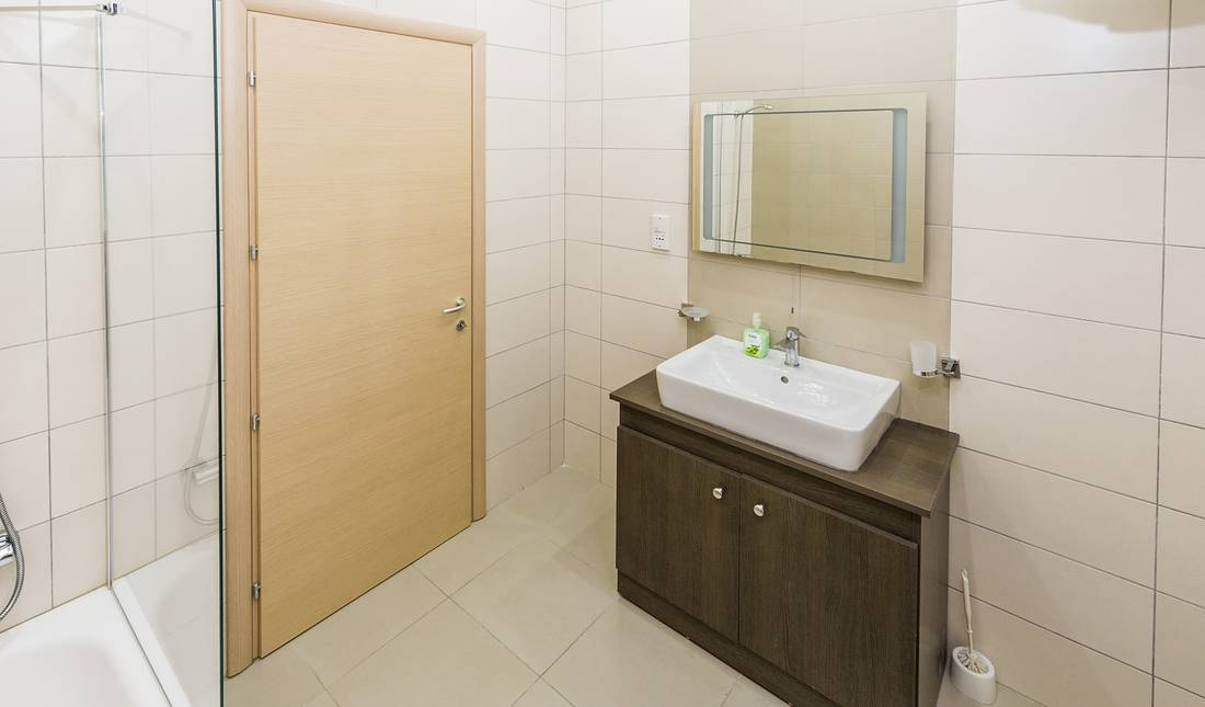 holidays-in-malta-guest-house-apartment-gzira-shared-bathroom-2_1