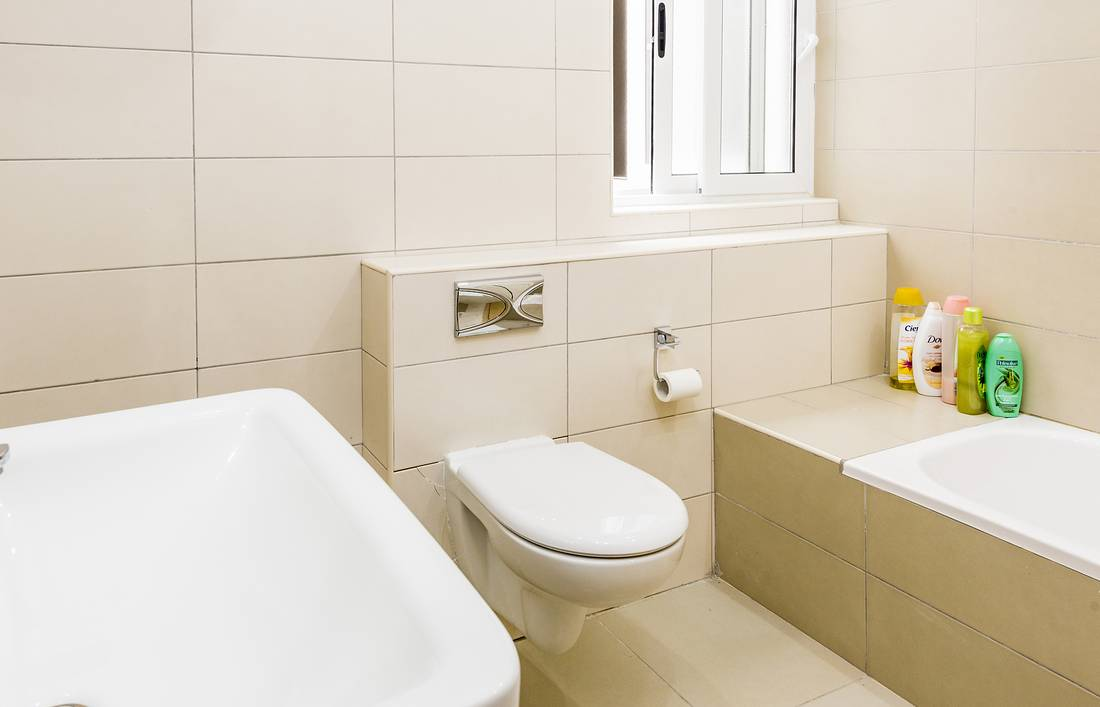 holidays-in-malta-guest-house-apartment-gzira-shared-bathroom_1