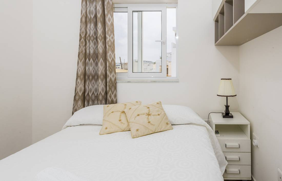 holidays-in-malta-guest-house-apartment-gzira-small-room-bed_1