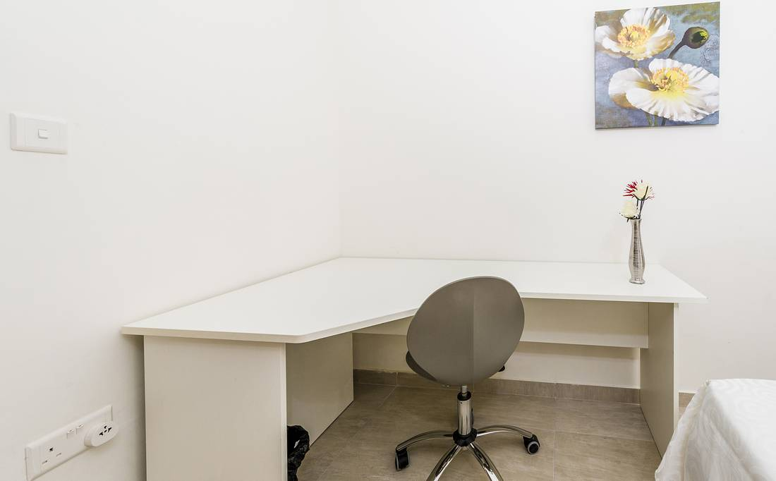 holidays-in-malta-guest-house-apartment-gzira-small-room-study-desk_1